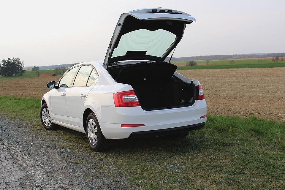 bílá Škoda Octavia