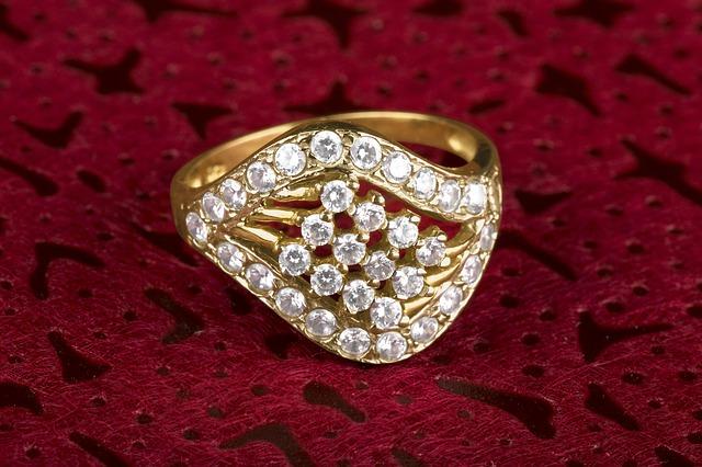 zlatý prsten, bílé kameny