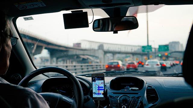 Bez držáku na telefon do auta si za jízdy bezpečně nezavoláte