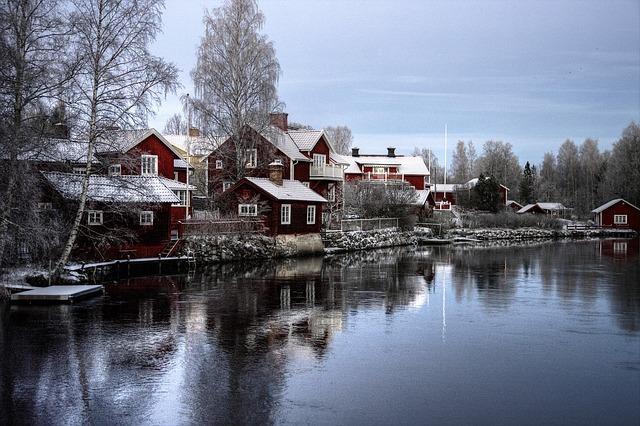 vesnické domy u jezera