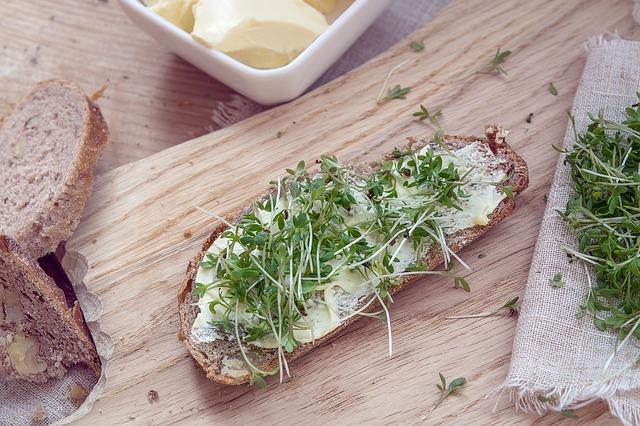 naklíčená řeřicha na chlebu
